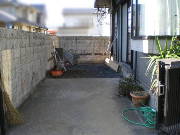 川越市の目隠しフェンスとタイルテラスの施工中3