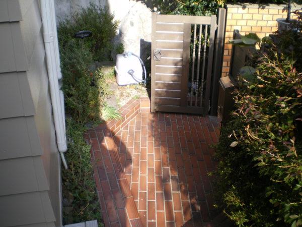 玄関アプローチの施工前の内側2