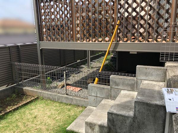 下の部分の目隠しフェンス(隣地境界線)の施工前