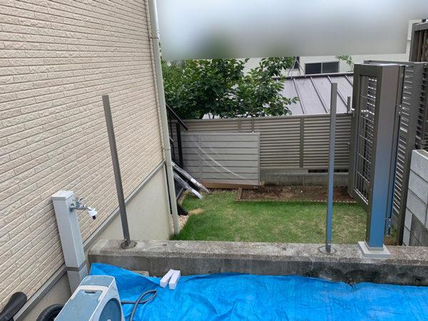 川越市新宿 目隠しフェンスと門扉の工事の施工中1