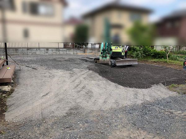 川越市の人工芝の施工3砕石の搬入と転圧の作業