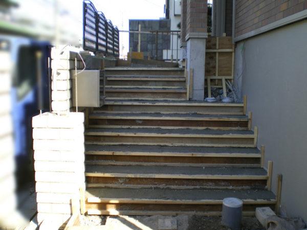 玄関前階段4の施工中