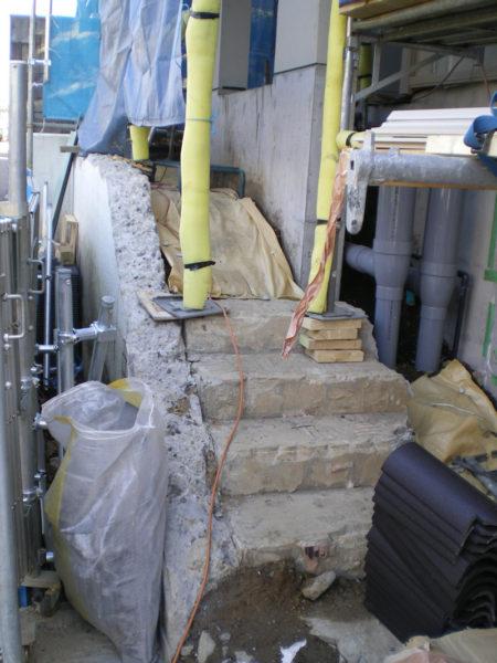 玄関前階段1施工中